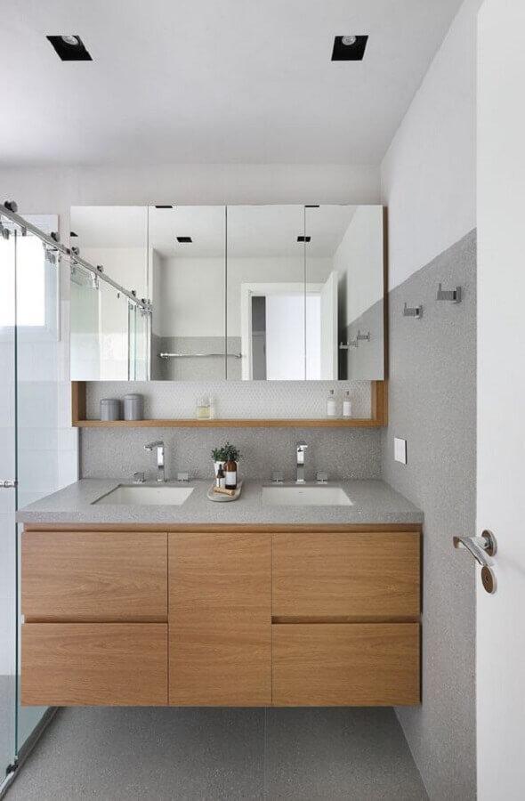 Armário espelheira para banheiro decorado com gabinete de madeira planejado