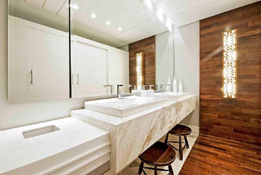 bancada de mármore branco para decoração de banheiro amadeirado