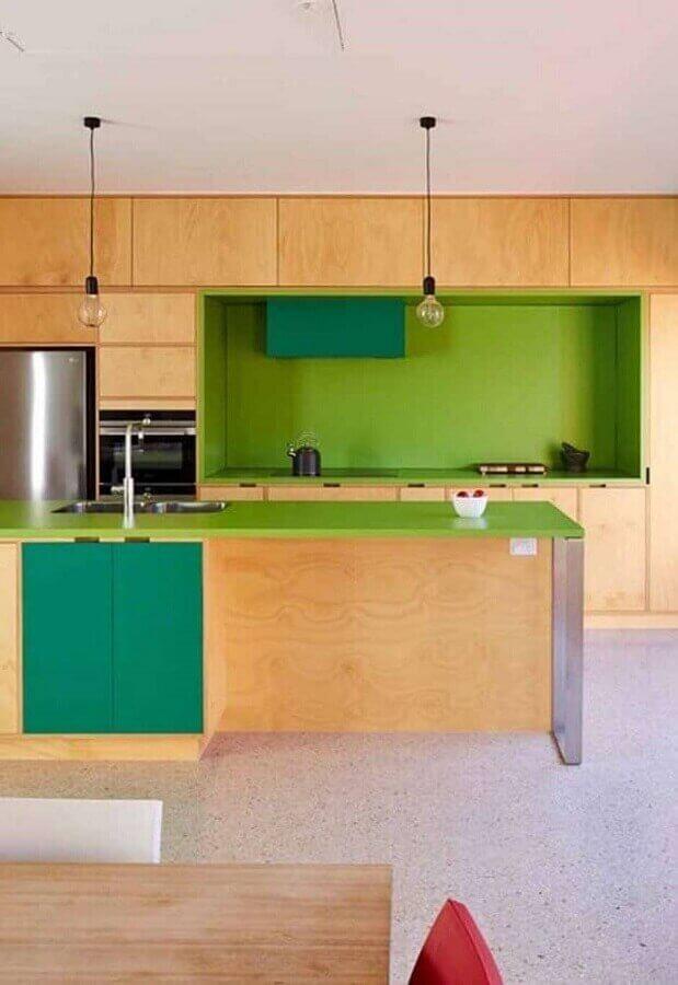 Cozinha amadeirada moderna decorada com bancada e nichos na cor verde limão