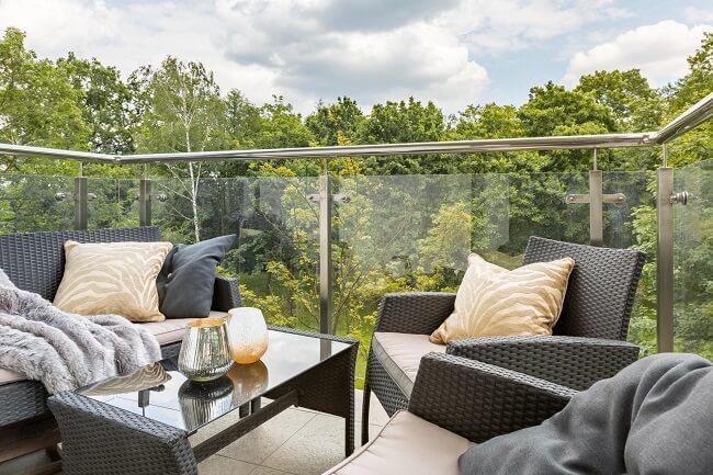 A poltrona rattan é um belo item para deixar o ambiente externo ainda mais aconchegante