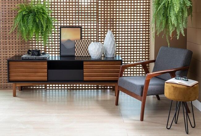 Trocar tudo de lugar ou se desfazer de móveis que não fazem mais sentido no espaço ajuda a decorar a sala gastando zero ou pouco dinheiro