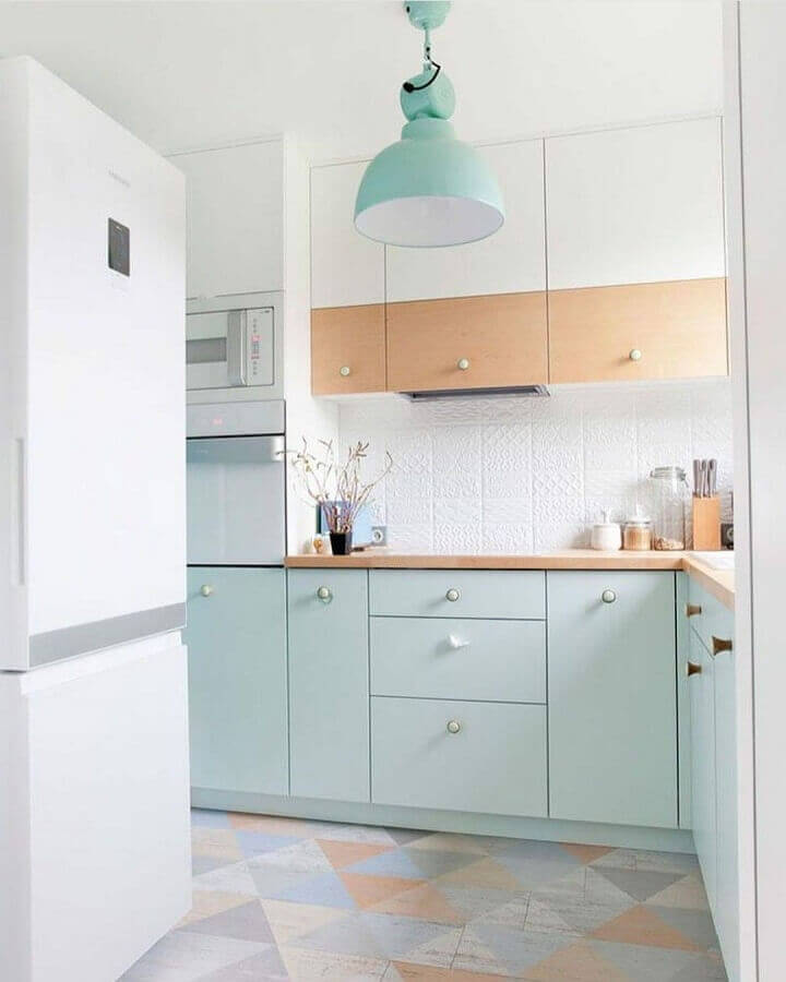 Decoração de cozinha com luminária pendente e armário cor verde menta