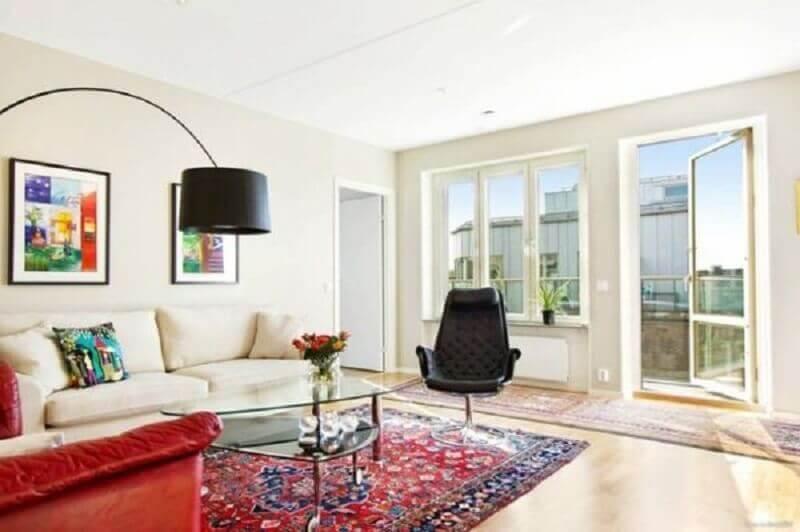 Decoração para sala de estar com poltrona giratória preta e sofá branco