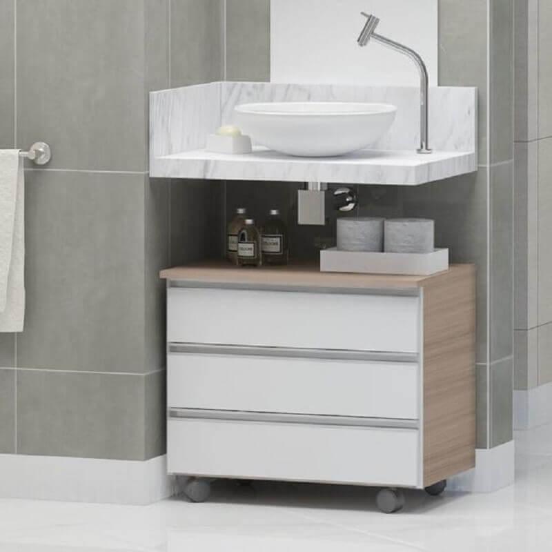 Decoração simples com armário de banheiro pequeno com rodinhas