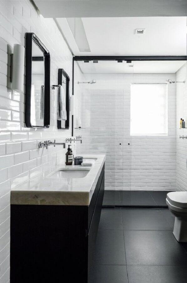 Banheiro preto e branco decorado com metro white e piso preto liso
