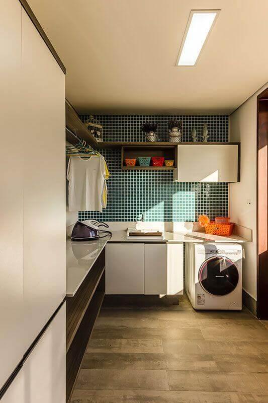 Decoração com pastilha verde e prateleira para lavanderia planejada de canto