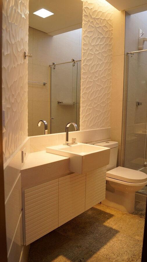 Decoração com revestimento 3D e armário de banheiro planejado pequeno