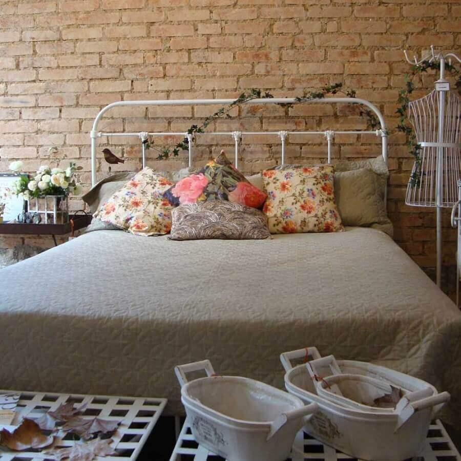 Decoração de quarto com parede tijolinho e cabeceira branca de ferro
