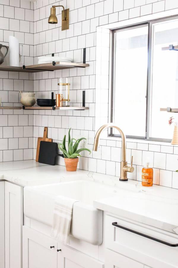 Cozinha moderna com mão francesa preta