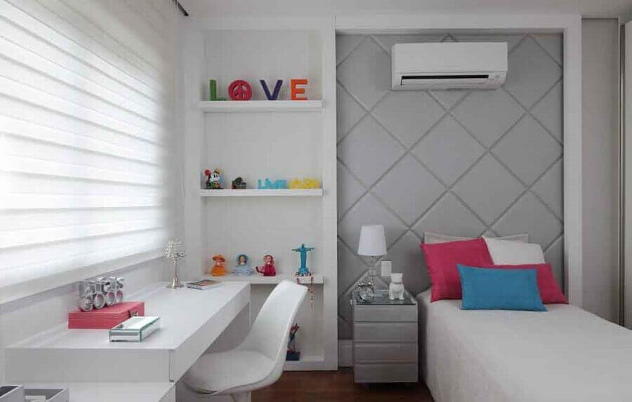 decoração para quarto pequeno feminino com cabeceira cinza planejada e almofadas coloridas