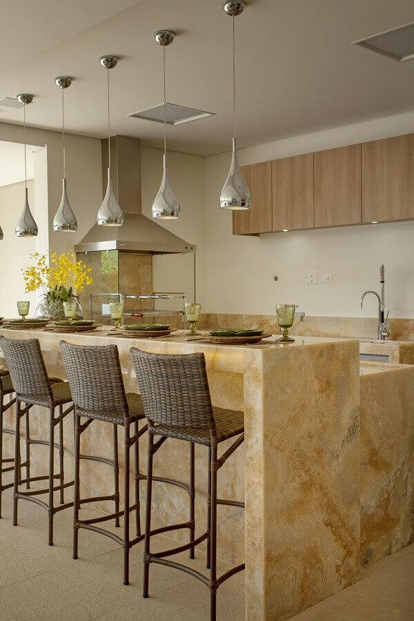 Decoração sofisticada com churrasqueira de vidro e pendente para balcão de área gourmet