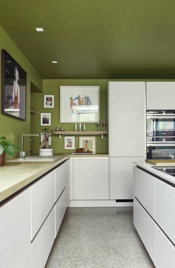 Teto e parede cor verde musgo para decoração de cozinha branca planejada