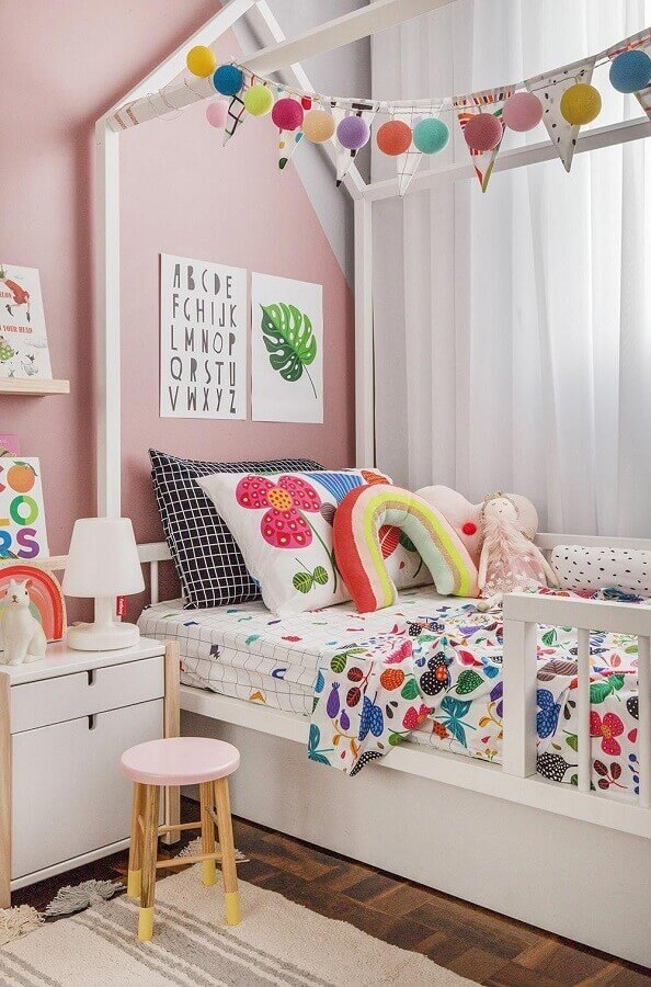 Almofadas para quarto infantil decorado com cama casinha