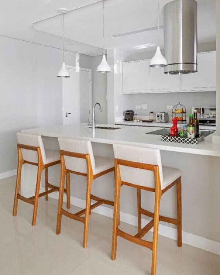 Banquetas para bancada de madeira em decoração de cozinha branca com ilha