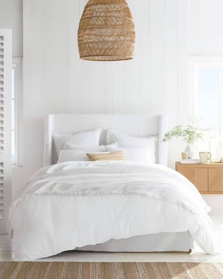 Cabeceira casal branca para decoração de quarto com lustre rústico