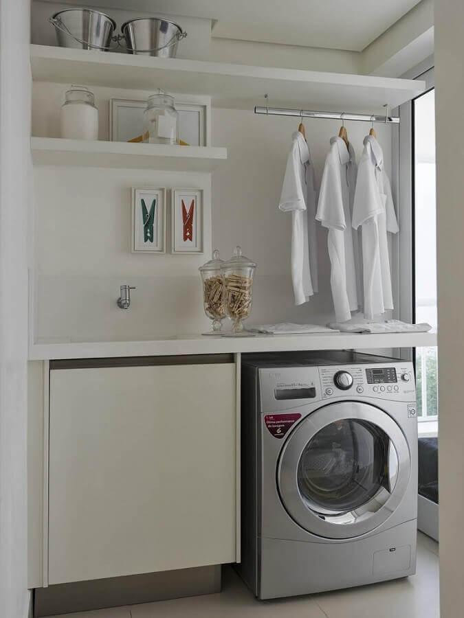 Decoração clean com prateleira para lavanderia pequena planejada com cabideiro