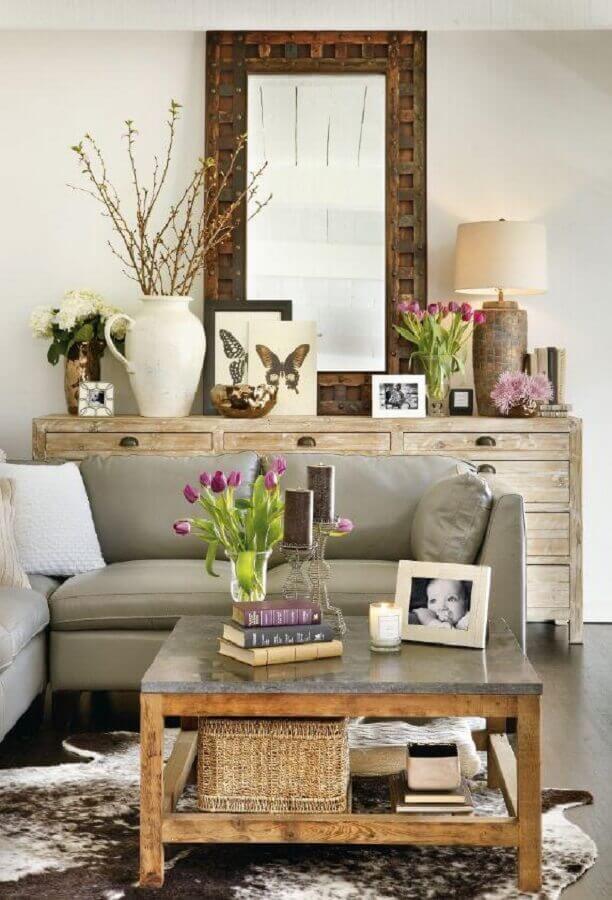 Decoração de sala com aparador e espelho rústico