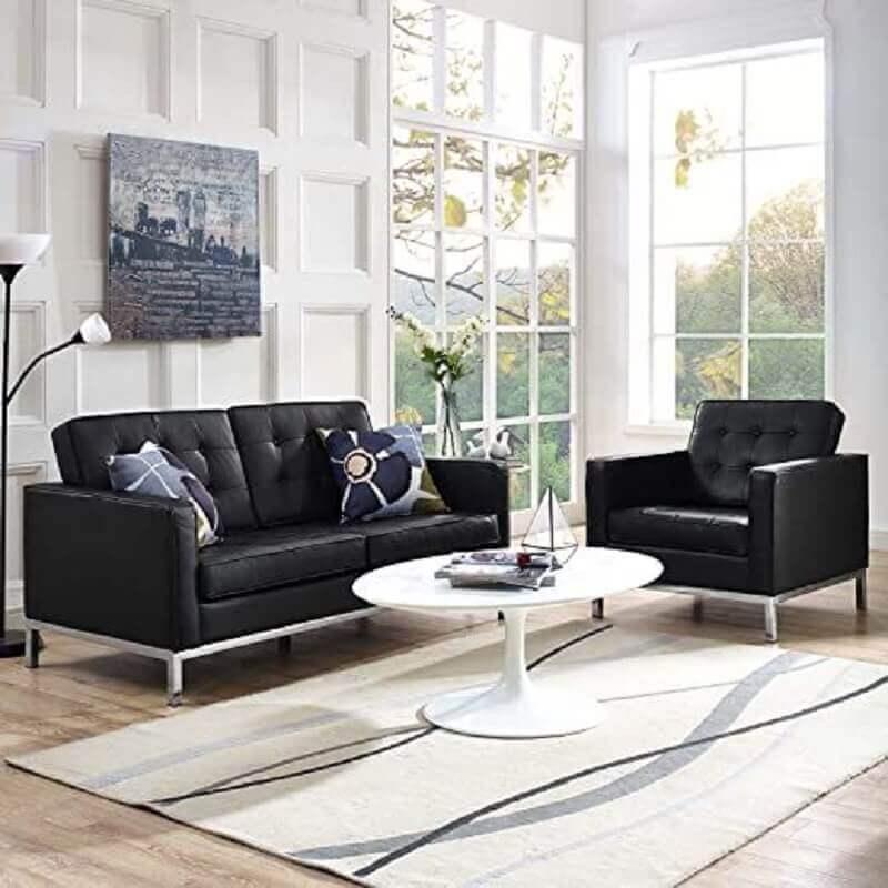 Decoração de sala de estar branca com conjunto de sofá e poltrona preta