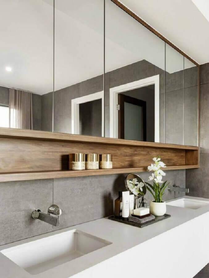 Decoração moderna com espelheira grande para banheiro cinza com nicho de madeira