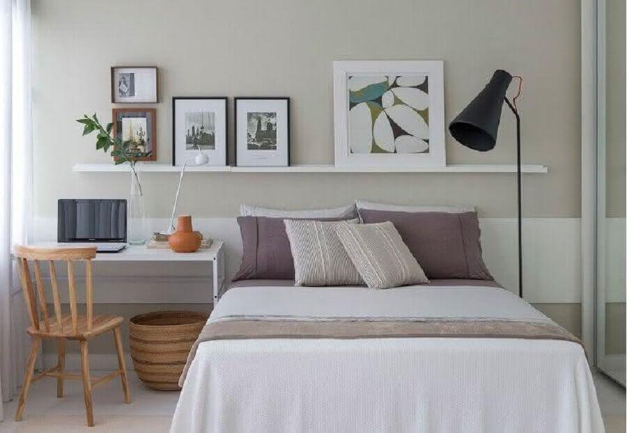 Home office no quarto de casal decorado com escrivaninha branca