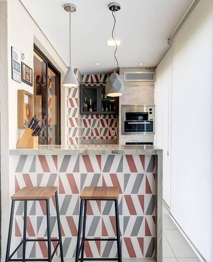 Pendente para área gourmet pequena e moderna decorada com revestimento geométrico