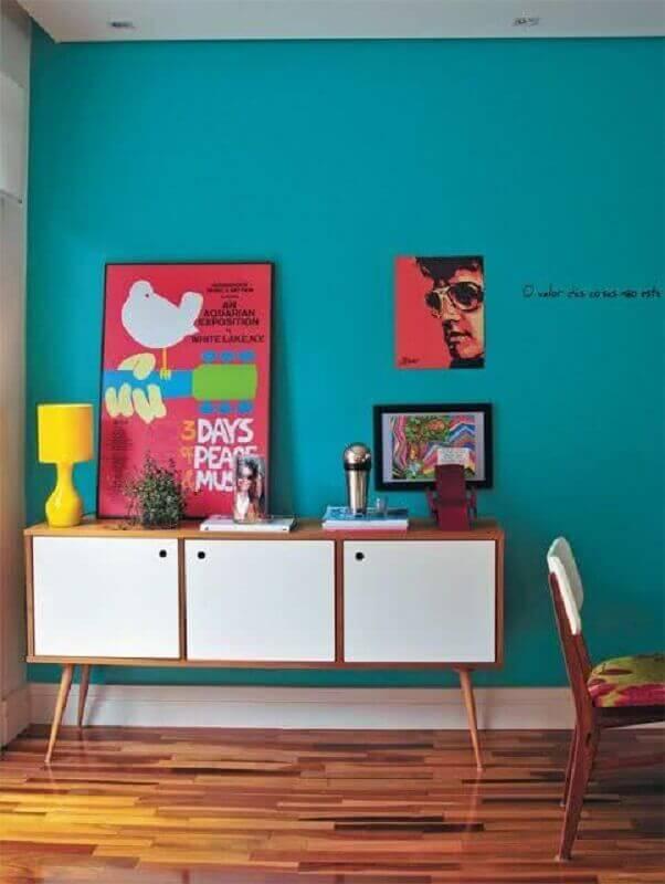 Aparador buffet branco para sala de jantar decorada com parede azul