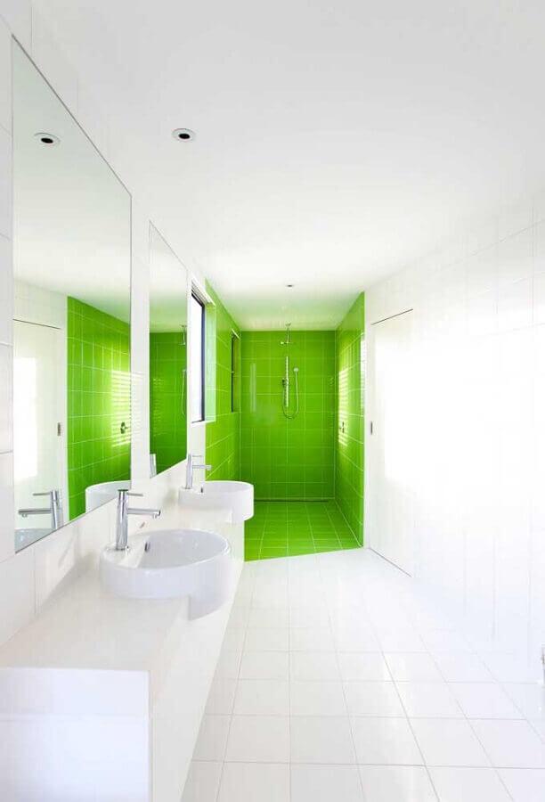 Banheiro branco decorado com revestimento cor verde limão na área do box