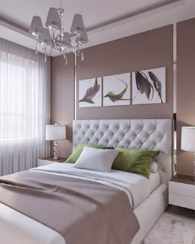 Decoração em cores neutras para quarto de casal com cabeceira branca capitonê
