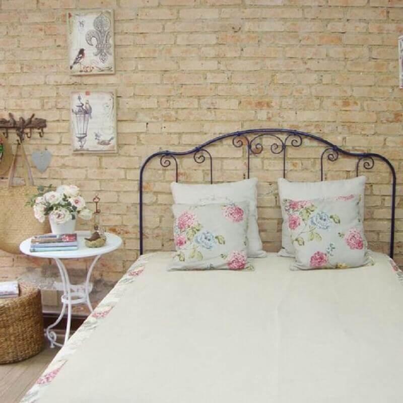 Quarto de casal simples e rústico decorado com parede tijolinho e cama de ferro
