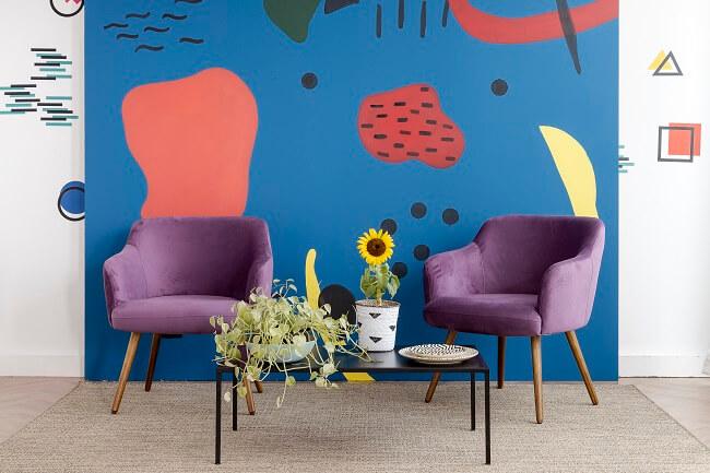 As pinturas orgânicas na parede trazem uma cara nova à sua sala gastando zero ou pouco dinheiro