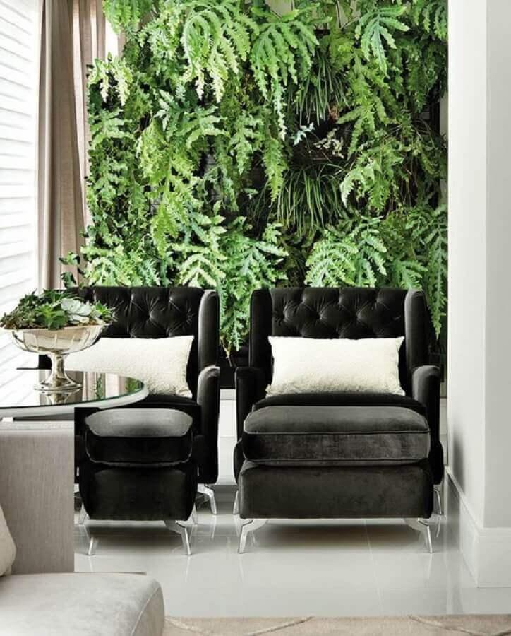 Conjunto de poltrona preta para decoração de varanda com jardim vertical