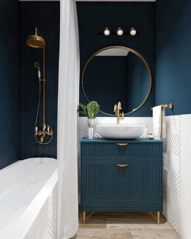 Decoração em azul pastel e branco com armário de banheiro planejado pequeno