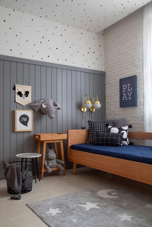 Decoração em tons de cinza com almofadas para quarto masculino simples