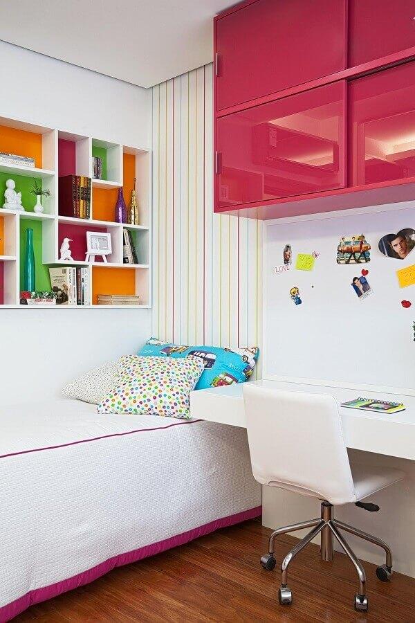 Decoração para quarto pequeno feminino com nichos e armário aéreo colorido