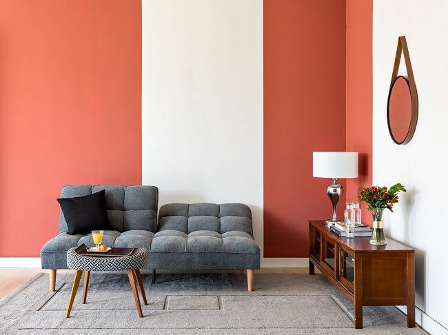 Pintar as paredes e os móveis ajuda a dar uma cara nova à sua sala gastando zero ou pouco dinheiro