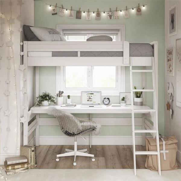 A cama solteiro mezanino permite a criação de uma área de estudo no dormitório pequeno
