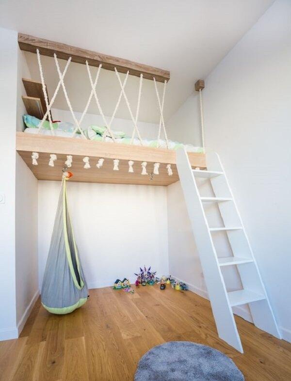 A cama suspensa mezanino otimiza o quarto infantil e permite que a criança tenha mais espaço para brincar