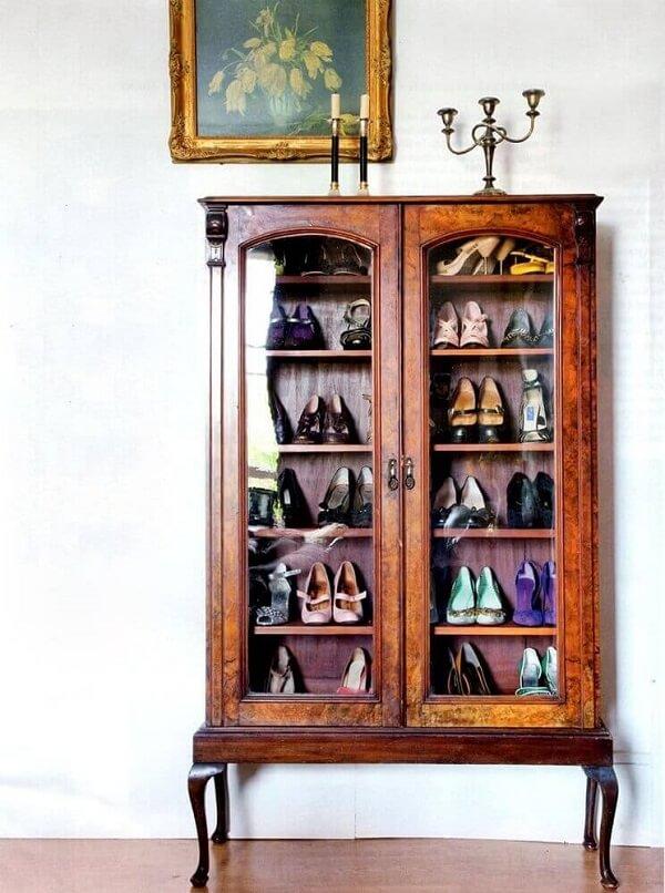 A cristaleira de madeira rustica auxilia na organização de sapatos dos moradores