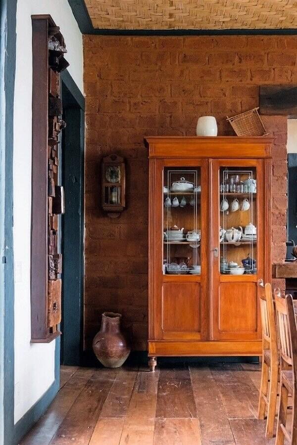 A cristaleira rústica auxilia na organização da sala de jantar