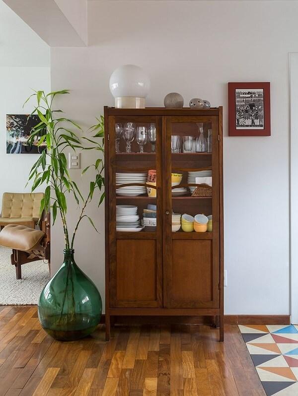 A cristaleira rústica facilmente se conecta com diferentes móveis e objetos decorativos