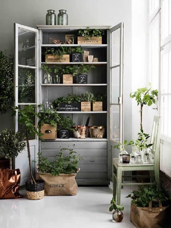 A cristaleira rústica pode servir de apoio para vasos de plantas