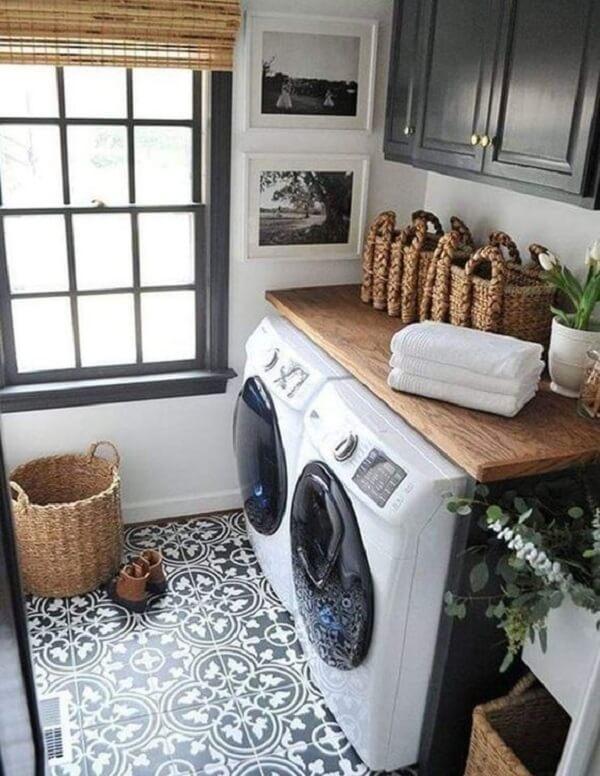 A decoração com azulejo antigo deixa a lavanderia ainda mais estilosa