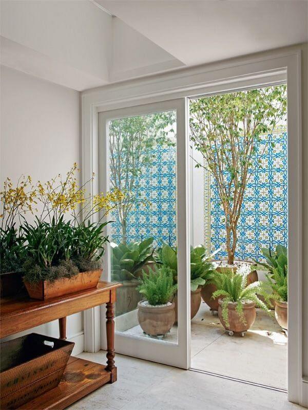 A decoração com azulejo antigo trouxe vida para o muro da área externa