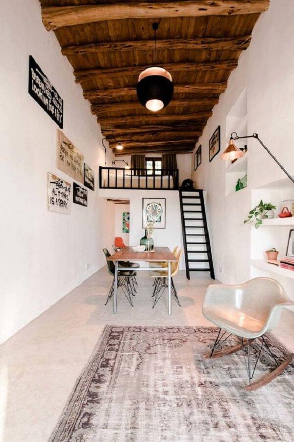 A escada discreta dá acesso a cama com mezanino