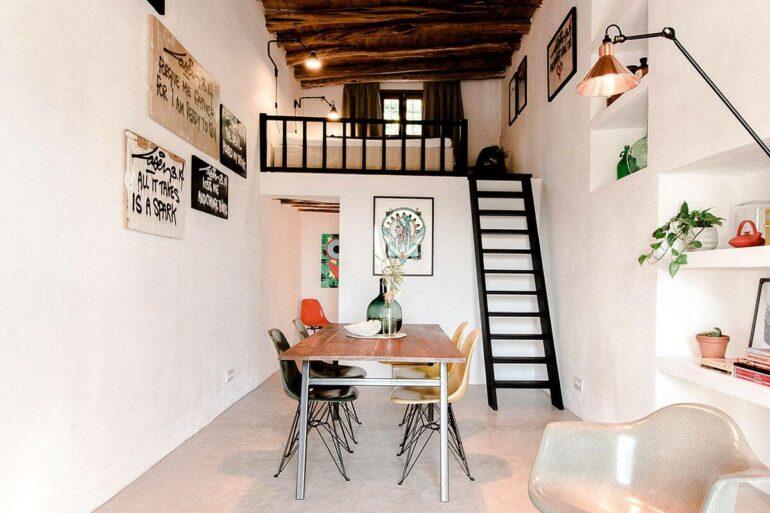 A escada discreta dá acesso a cama mezanino