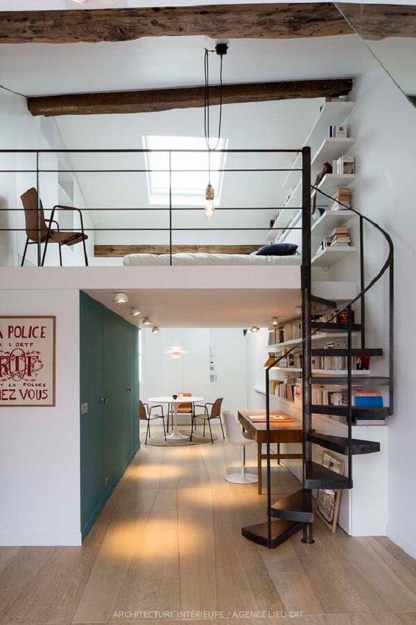 A escada em caracol é muito usada em projetos de mezanino com cama