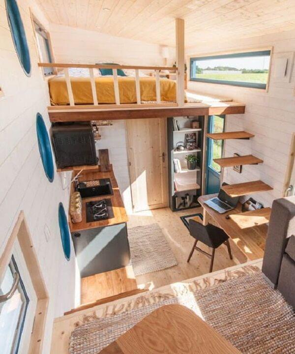 A escada flutuante de madeira leva os moradores a cama mezanino