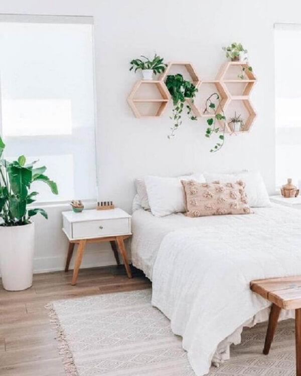 A mesa de cabeceira retro branca decora o quarto de casal