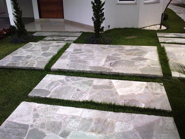A pedra Goiás usada na entrada do imóvel é um tipo de revestimento de pedra natural