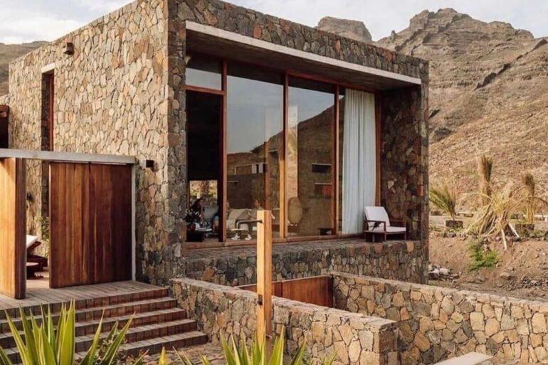 A pedra bolão é um tipo de revestimento de pedra muito usado na fachada de casas